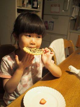 5歳ケーキプレート食べる1.jpg
