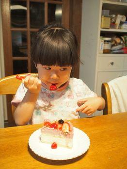 5歳ケーキ食べる1.jpg