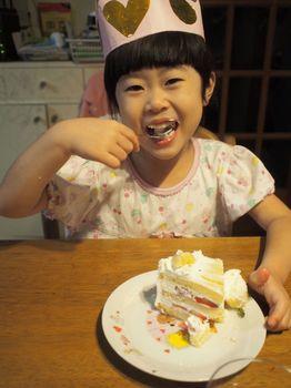 にこ6歳ケーキがぶり1.jpg